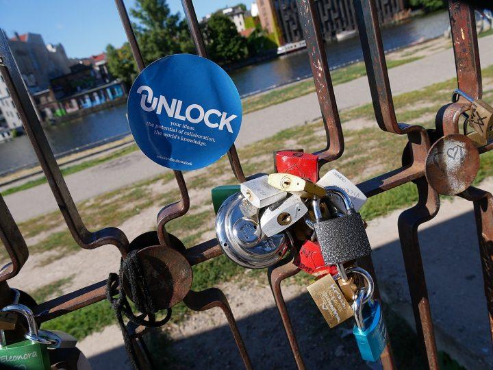 Sticker mit dem UNLOCK-Logo